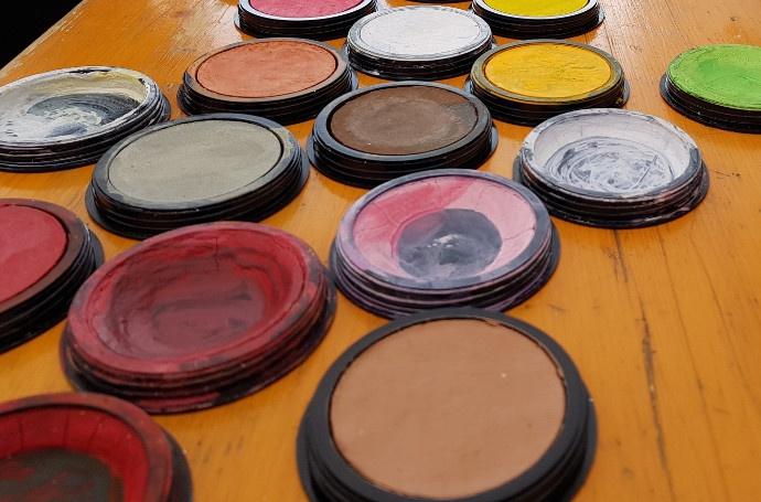 Viele bunte Farben mit denen Kindergesichter geschminkt werden können